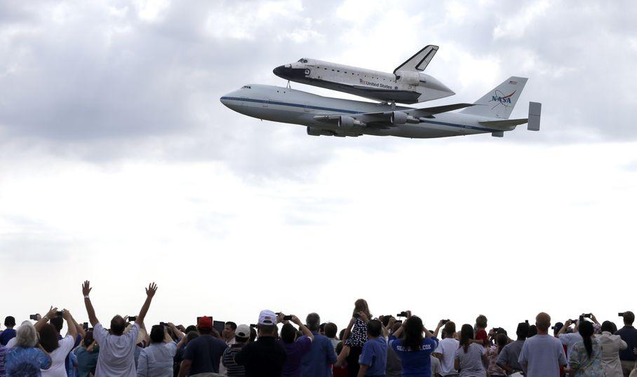 Endeavour salutes Giffords en route to California (AP Photo)