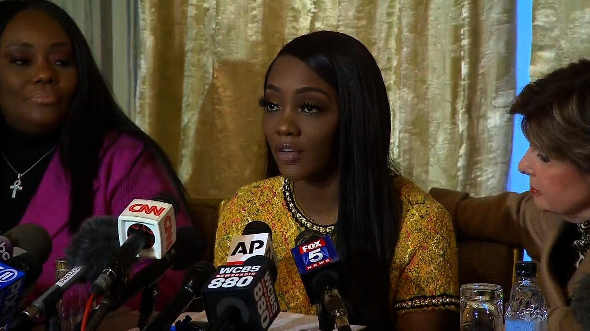 Singer R Kelly threatens rape accuser in signed legal