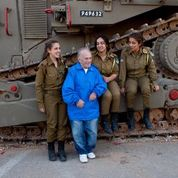2017, Hank talking to soldiers, Israel Defense Forces, at Latrun Tank Museum, site of ferocious battle during Israeli War of Independence, 1948 (Photo credit: Ivan Saul Cutler)