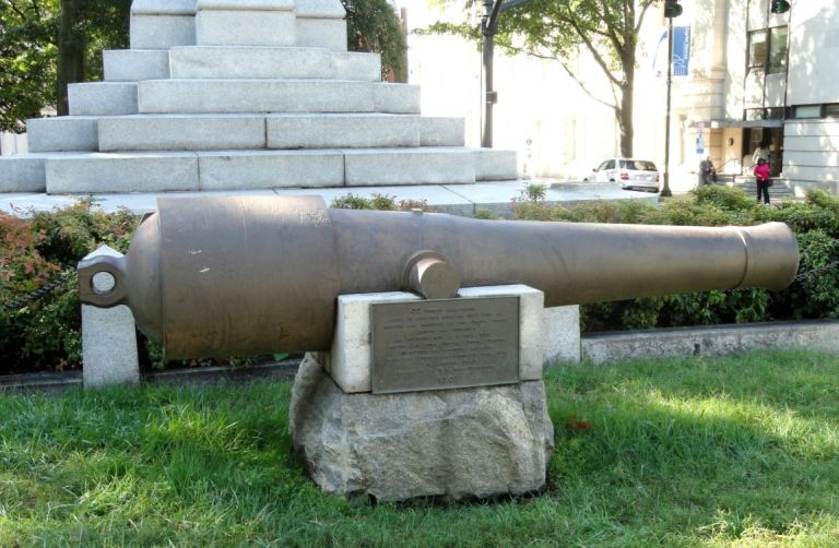 A 32-pounder Naval Cannon located on the grounds of the North Carolina State Capitol. Cast in 1848, captured at Norfolk in 1861, and converted to a 6 inch rifle for use at Fort Caswell. It is now at Fort Fisher. (Photo courtesy of Daderot via Wikimedia Commons)