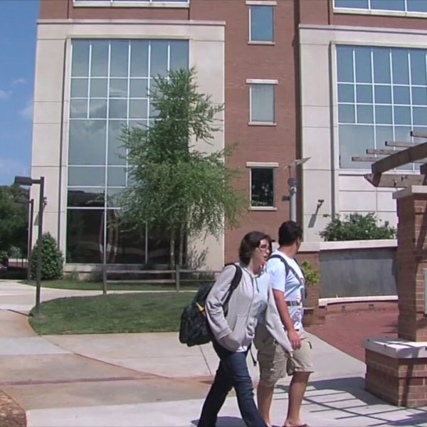 Students choose community colleges as universities head online