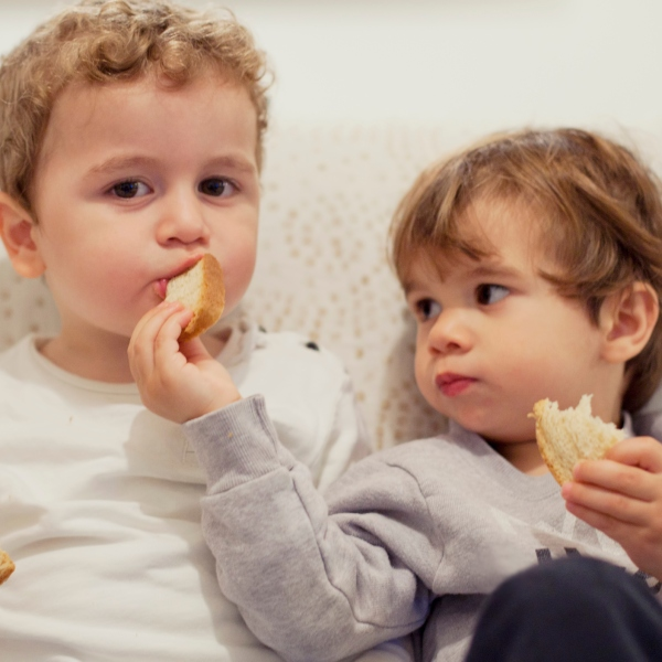 Two kids sharing food (Getty Images)