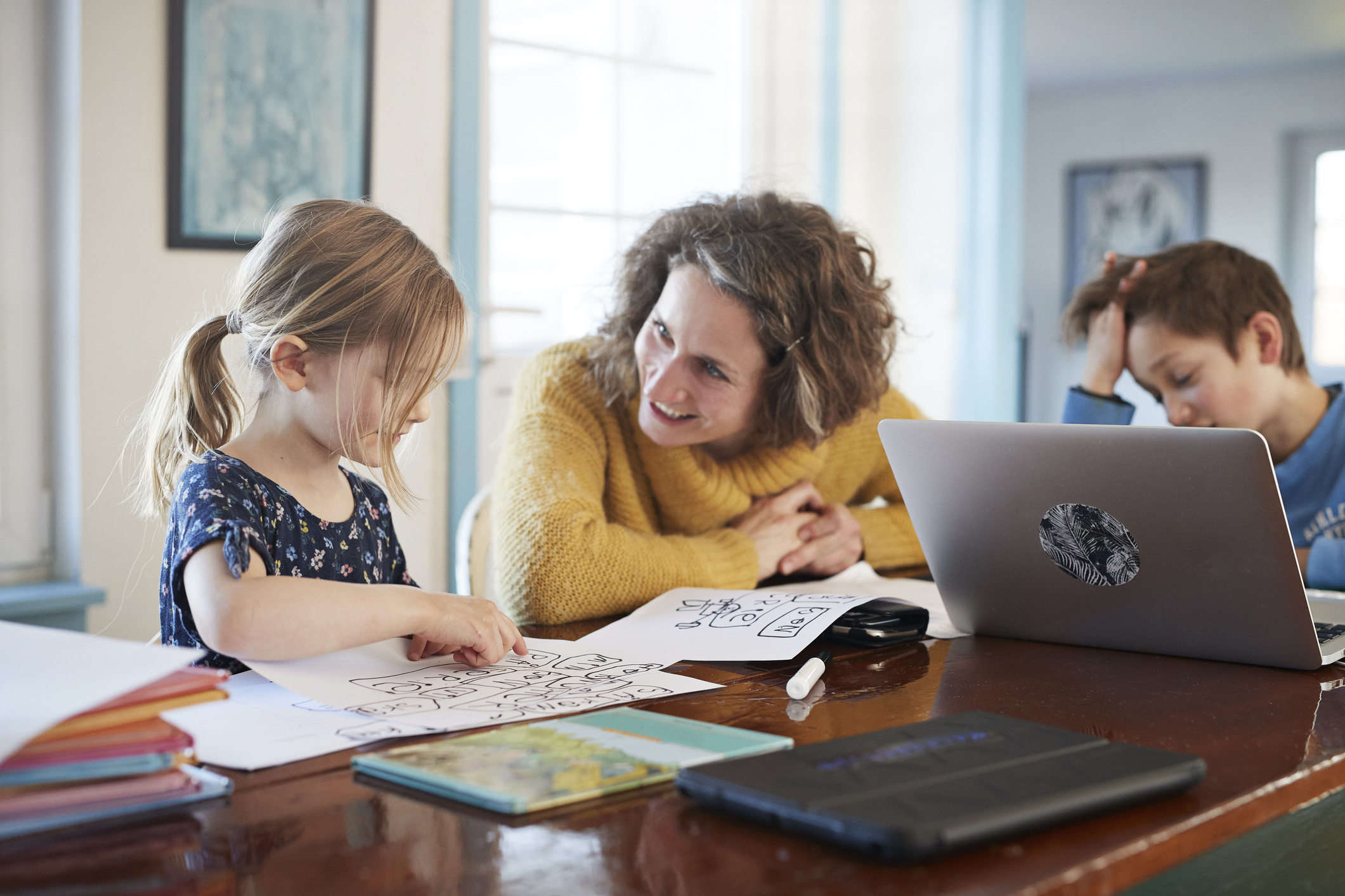 Mom homeschooling kids (Getty Images)
