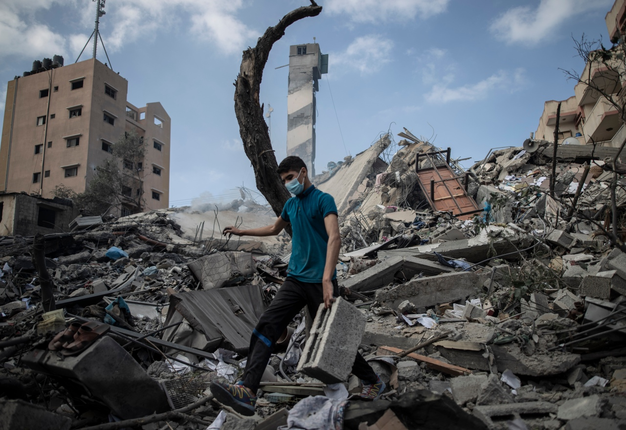 Rocket from Gaza kills 2 as Israel topples 6-story building