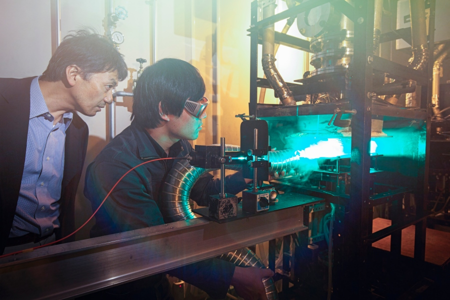 Student and professor physics experiment with lasers (Getty Images)